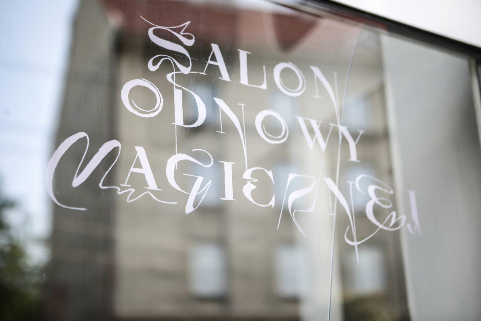↑ Widok witryny,<br> <em>Salon odnowy magicznej</em>, 2021,<br> Galeria Widna