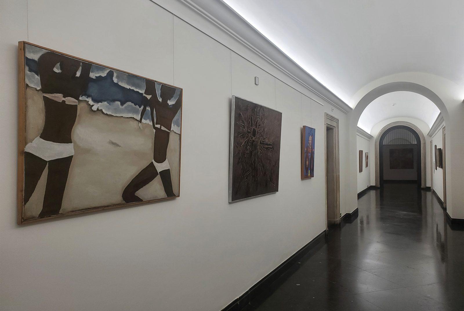 Wystawa malarstwa współczesnego<br> nakorytarzu Ip. <br>w budynku nr5. Napierwszym planie <br>obraz Jerzego Nowosielskiego,  <br> fot. S. Majoch, 2021