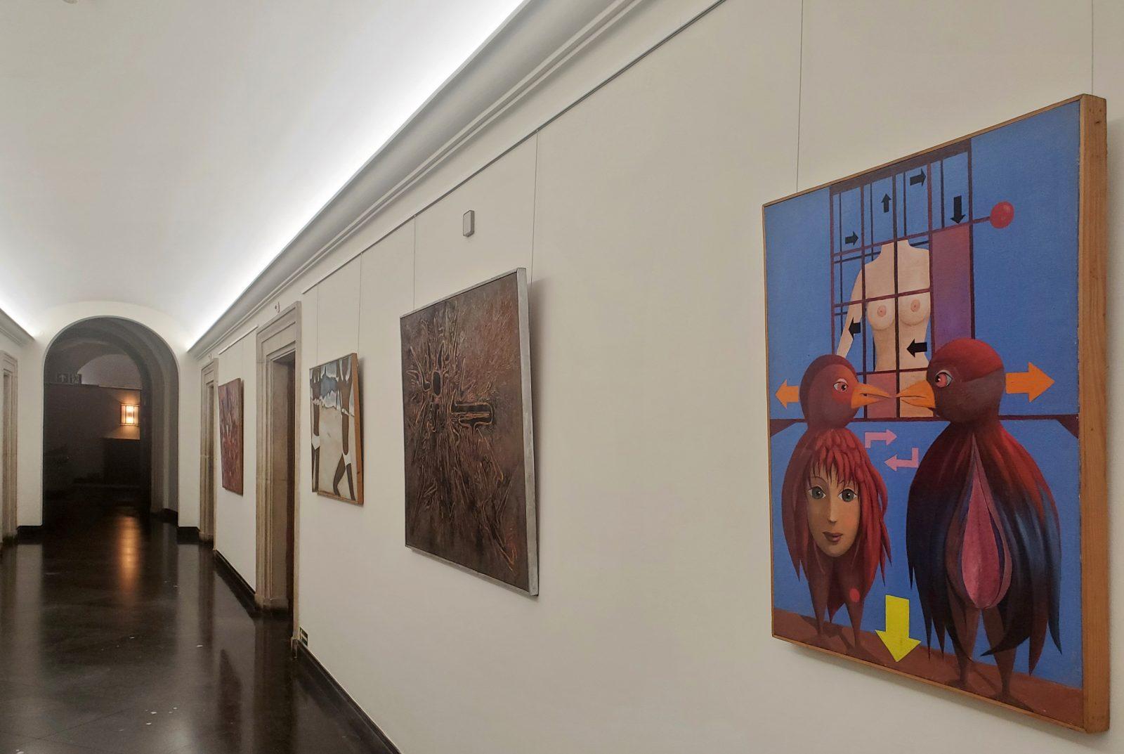 Wystawa malarstwa współczesnego<br> nakorytarzu Ip. <br>w budynku nr5. Napierwszym planie <br>obraz Kazimierza Mikulskiego, <br>  fot. S. Majoch, 2021