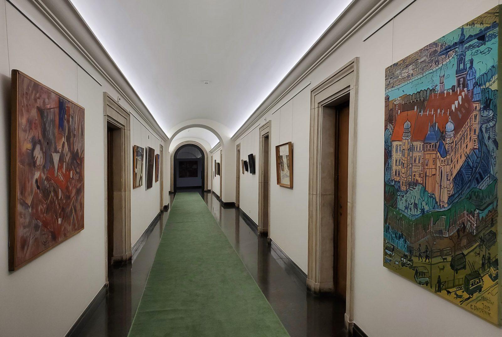 Wystawa malarstwa współczesnego<br> nakorytarzu Ip. <br>w budynku nr5. Napierwszym planie <br>obraz Edwarda Dwurnika <em>Wawel</em> z2010 <br> fot. S. Majoch, 2021